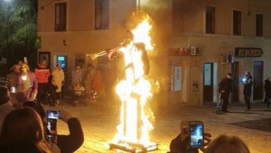 """Photo of U Sinju po """"kratkom postupku"""" spaljen COVID krnje"""